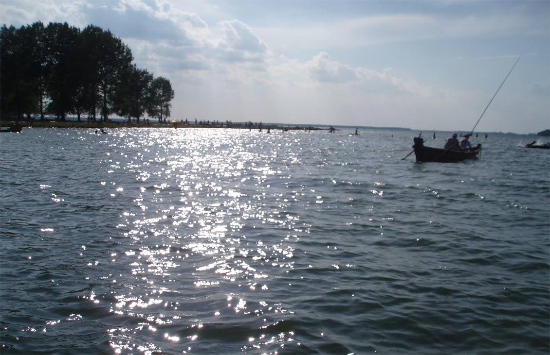 Вечірній Свитязь вечір на озері Світязь рибалка плавання на човнах відпочинок на Волині опис характеристика рибальство риболовля ловля риби як виглядає озеро Світязь увечері